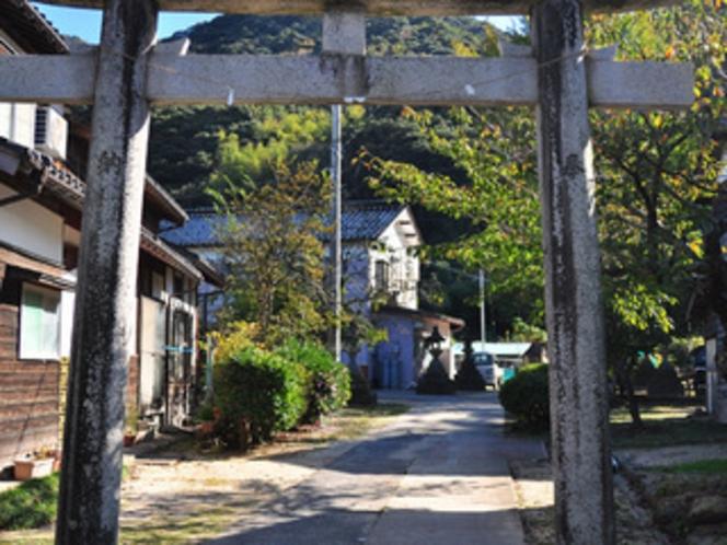 カニの宿 みやたは、沖野神社の一の鳥居内にあります。