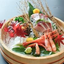 その時々の旬の魚介類を盛り合わせます。
