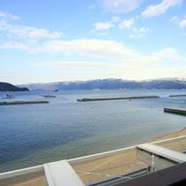 宿の前がすぐ海!全てのお部屋から敦賀湾が一望の解放感です。