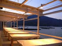 プライベートビーチ上の海辺の炭火焼席は行楽シーズンに人気のエリアです。