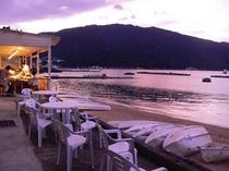 プライベートビーチに面したテラス席で海を眺めながらのお食事をお楽しみください。