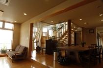 あたたかい木造りの館内、ホールの「集いのテーブル」でほっこり