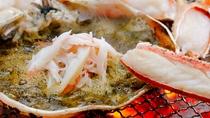 炭火焼懐石「越前蟹プラン」より甲羅味噌焼き。焼き身を味噌に絡めるのもツウの食べ方です!