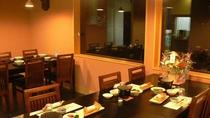 落ち着いた印象のイス席も、、、敦賀湾の漁火を見ながら美味しいお食事をどうぞ♪(事前にテーブル指定可)