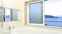 展望風呂付きの≪月の間≫ 浴室から敦賀湾が眺められる造りです。