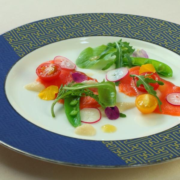 八ヶ岳湧水鱒のマリネとハーヴの菜園仕立て、アサヤビネガーのヴィネグレット