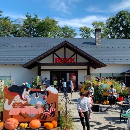 萌木の村内にあるROCKは食事やクラフトビールが楽しめる人気スポットです