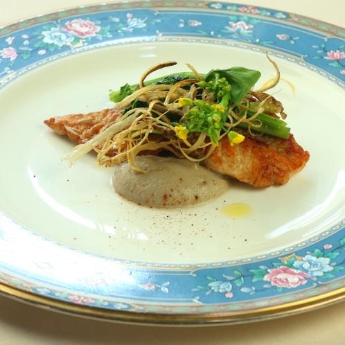 本日の鮮魚のポアレ、シャンピニオンのクリームソースと旬菜のマリアージュ