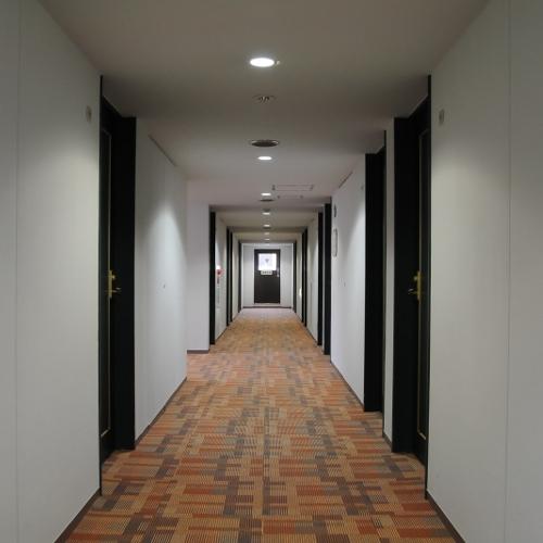 客室前の廊下は清潔で明るい雰囲気です