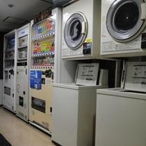 館内にはコインランドリーや自動販売機コーナーが充実!