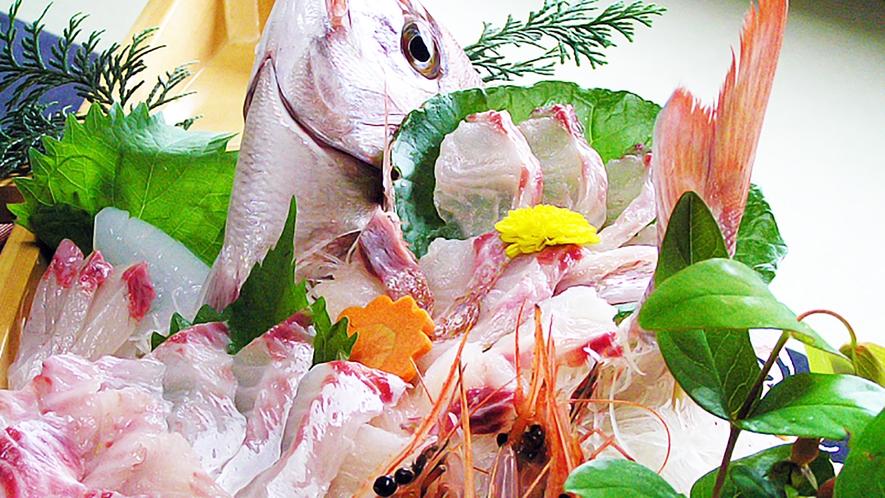 *【ご夕食一例】新鮮な魚貝類をどーんと盛り付けた舟盛