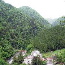 *【梅ヶ島温泉全体】山に包まれた環境で、四季折々の美しい自然を間近に感じられる、長閑な温泉地です!