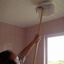 バスルームの天井まで、ぴかぴかに