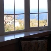 大型ソファーに座りながら大島を眺望2Fローズマリー