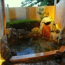 夕闇のロマンチックな温泉露天風呂