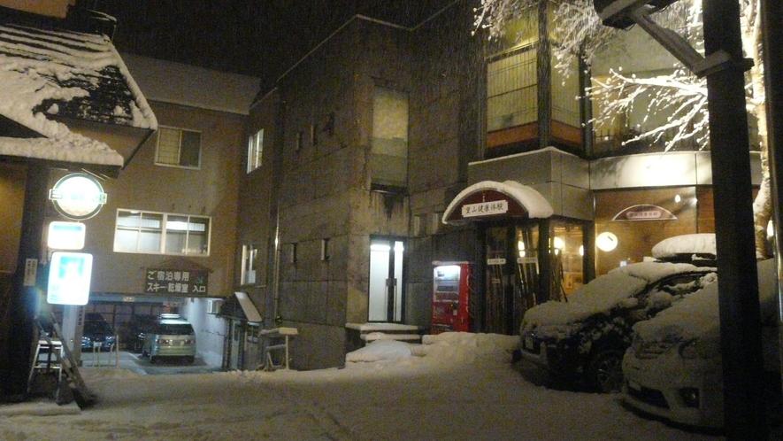 雪景色のひさ家外観写真