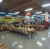 【公設市場】2階の食堂では沖縄料理をそろえています。