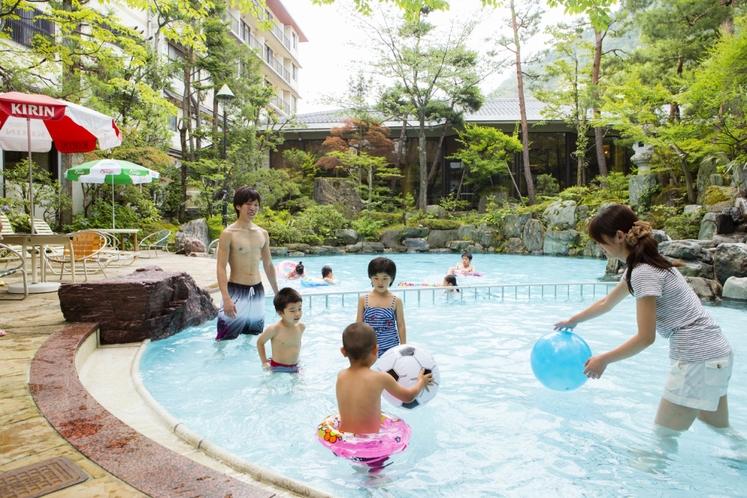 家族でワイワイっ♪庭園プール