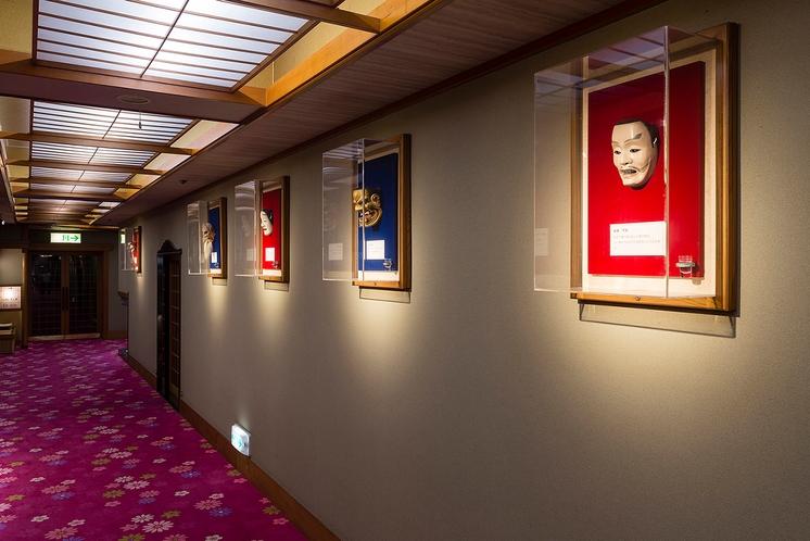 館内廊下の能面ギャラリー