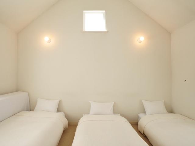 シングルベッドが3台ならんだトリプルルーム