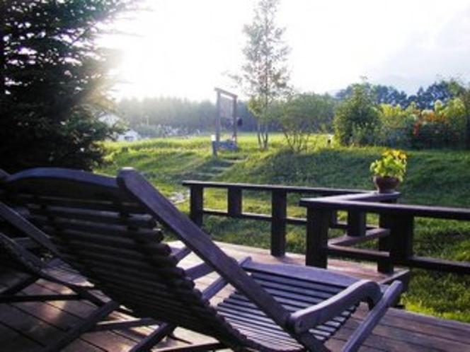 夕方、テラスから庭を眺める時間は至福のときです