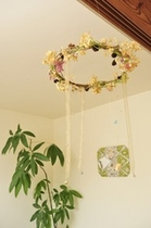 天井から吊り下げたアレンジメント