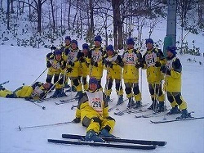 修学旅行生がスキースクールを受講