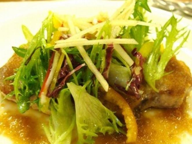 肉料理、真狩産ハーブ豚のロースト、りんごのソース