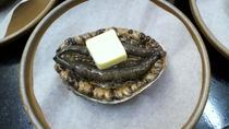 鮮度抜群のアワビを陶板で焼いて