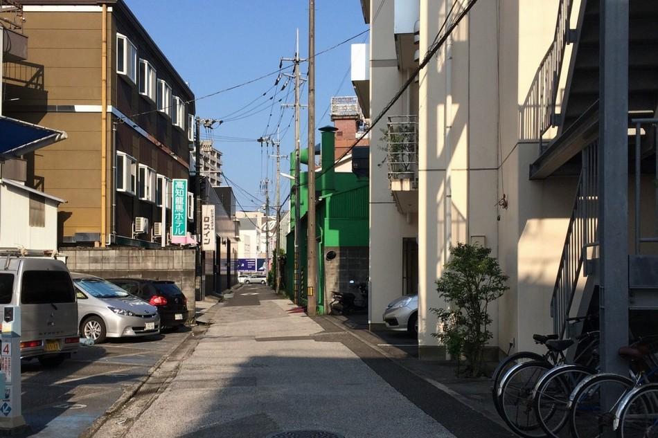高知さくらホテルへ続く裏路地1【高知龍馬ホテル前】