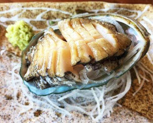 【9月〜:鮑のお造里付】コリコリした食感が特徴!まるまる1個鮑が付いた贅沢な一品付