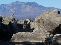 巨大な奇岩と女峰山