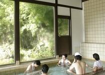 大きなガラス窓で開放感のある内風呂