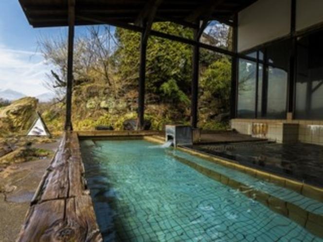 大きな浴槽で景観見事な露天風呂