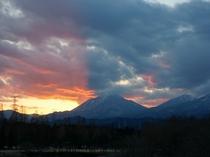 男体山の彼方に沈む太陽が織り成す夕焼け空