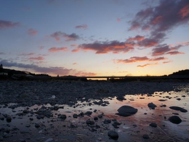 鬼怒川から朝焼けの空を望む(冬)