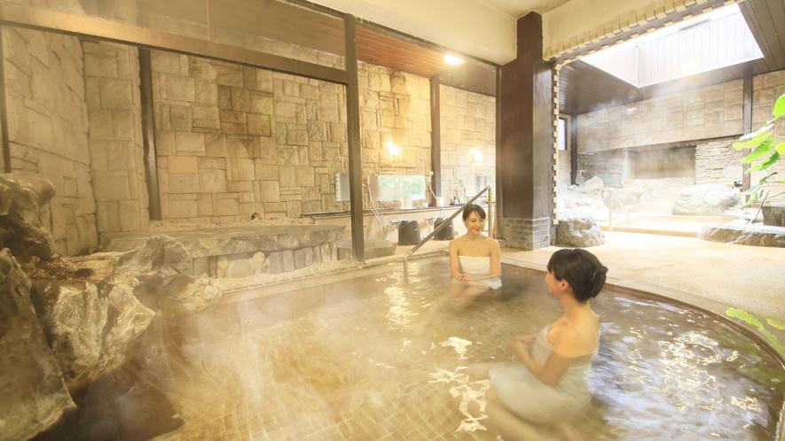 【貸切風呂/あかりの湯】浴槽が2つあり脱衣所もゆったりとしております。