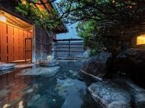 貸切露天風呂「星」。座る位置を変えると景色が変わります。