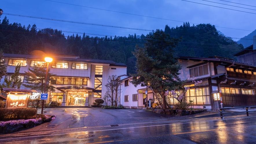 【夜】旅館岐山「本館」と「古民家食事棟」
