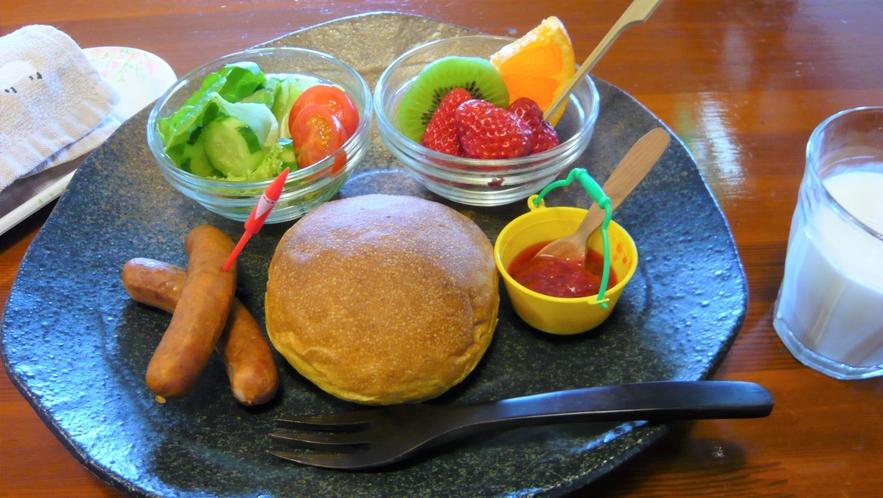 幼児用の朝食です。この日は、ふわふわパンと自家製のジャムです。おかわりもOKです。