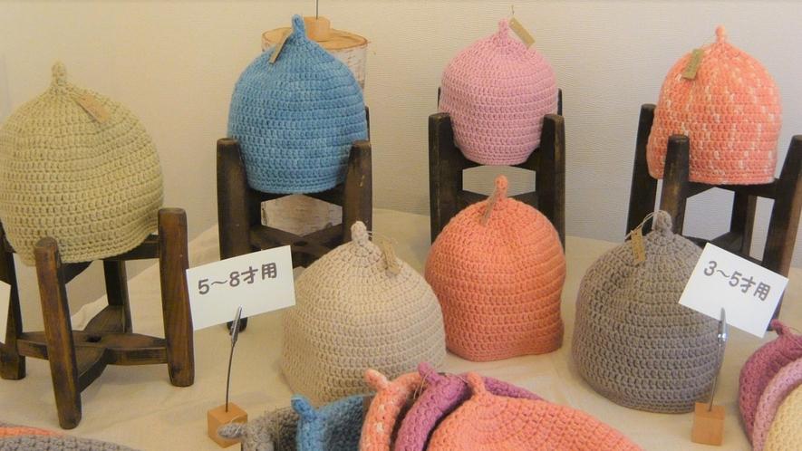 手編みの帽子はベビー用から大人用まで。もちろん草木染めです。