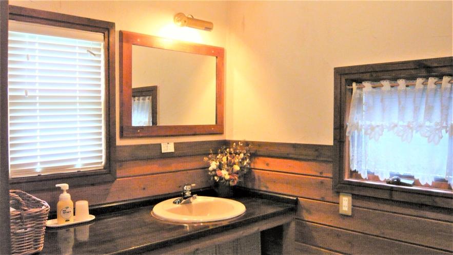 コテージの洗面コーナー。2面に窓があるので、明るく気持ちよくご利用できます。
