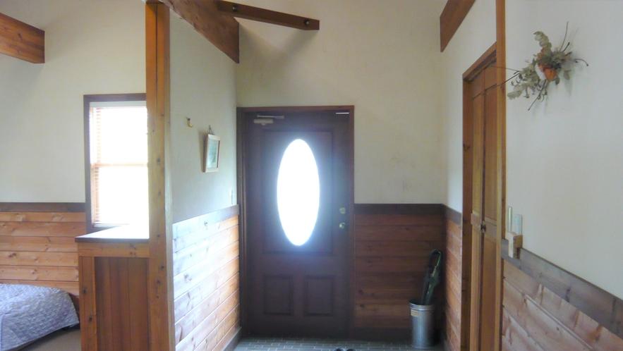 コテージの玄関。小さなお子様連れでも嬉しいバリアフリーです。