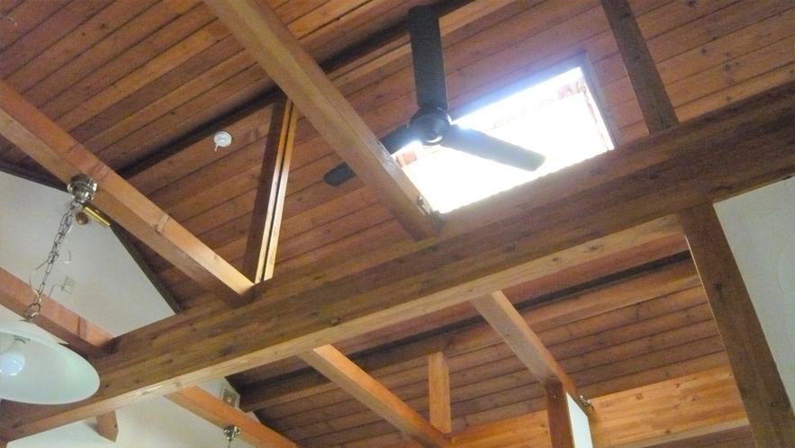 コテージの気持ちよい高さの天井には明るい天窓があります。