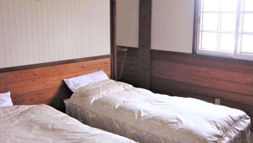 ペンション客室のベッドルームはシングルとセミダブルなので、ベッドをつけて添い寝も楽々です。
