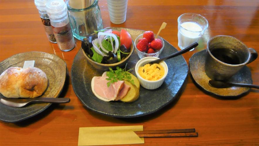 朝食は、黒備前の器と木曽桧のおはしでどうぞ。ハムやソーセージは地元ハム工房の手作りです。
