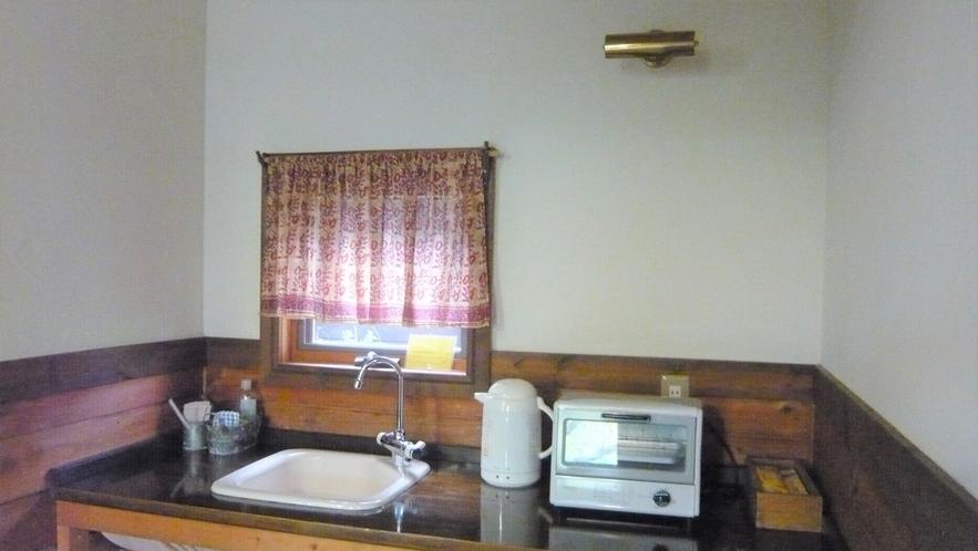 コテージでは調理はできませんが、冷蔵庫、トースター、湯沸かしポット、電子レンジがあります。