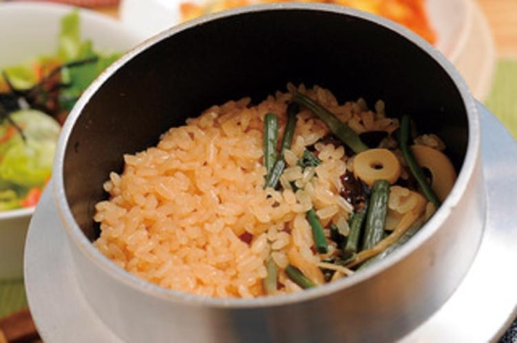 釜飯(山菜おこわ)。