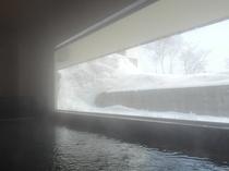 【大浴場】雪景色を眺めながらのご入浴下さい