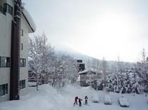 【スキーを履いて直行可能】ホテルからゲレンデは目の前。スキーを履いたまま向かうことができます。